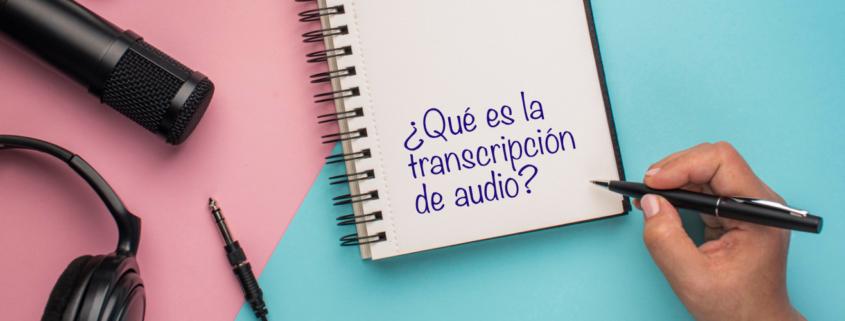 Micrófono, auriculares, cuaderno y mano con bolígrafo