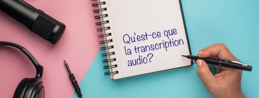 Microphone, écouteurs, carnet de notes et main avec un stylo