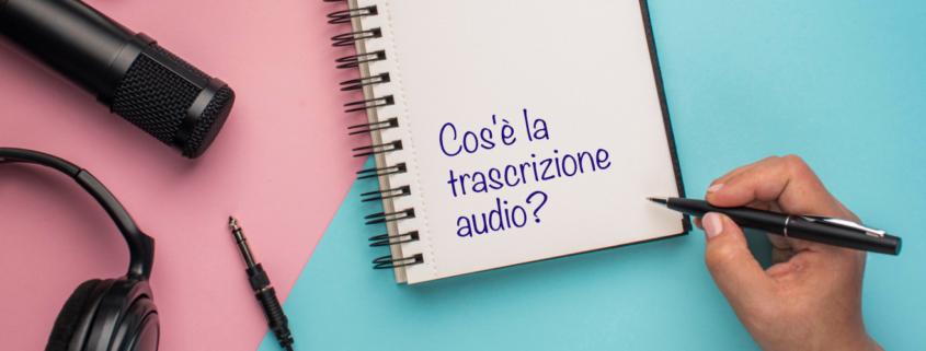 Microfono, cuffie, taccuino e mano con una penna