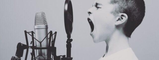 Varför hatar jag min röst vid röstinspelning?